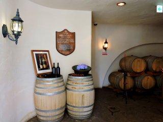 Barel anggur digunakan sebagai meja pajangan