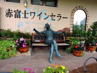 Anda dapat berfoto dengan patung ini di kursi dekat pintu masuk
