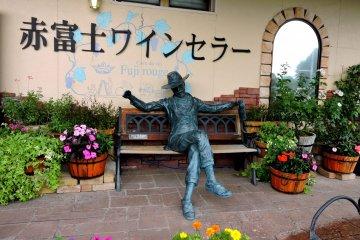 <p>Вы можете попозировать с этой статуей на скамейке у входа</p>