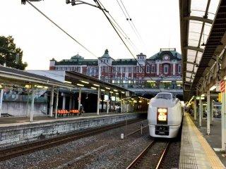 Gedung stasiun dan kereta di platform