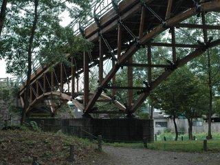 Cầu Ai Ai nhìn từ dưới lên, nơi mọi người thỏa thích bơi lội và nhảy cầu.