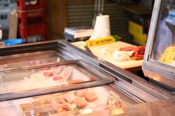 <p>Try delicious and normally expensive fish samples for a reasonable price</p>