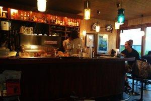 Le bar où commander et discuter avec les habitués et les serveurs