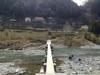 Uma ponte para peões sobre o rio Akui-gawa