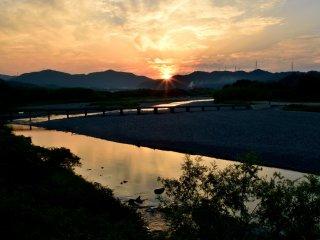Pôr-do-sol no rio Akui-gawa