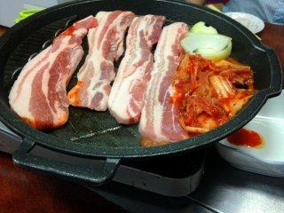 ชุดซัมกยอบซัล หรือ หมูสามชั้นย่างเกาหลี สำหรับสองคน แต่ดูเหมือนสามารถกินกันได้สักสี่คน