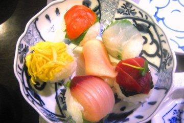 You can make these Sushi balls at Roujiya cooking school.