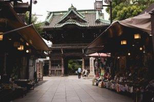 Looking down the shops on Taishakuten Sando, Shibamata, towards the Temple
