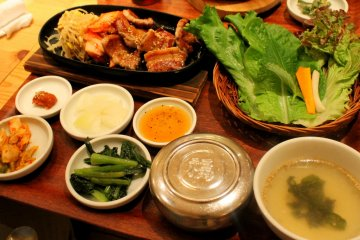 <p>I ordered the Samgyeupsal set complete with lettuce, garlic, kimchi, chili sauce and other side dishes.</p>
