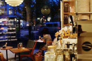 L'autre côté du café, donnant sur la rue