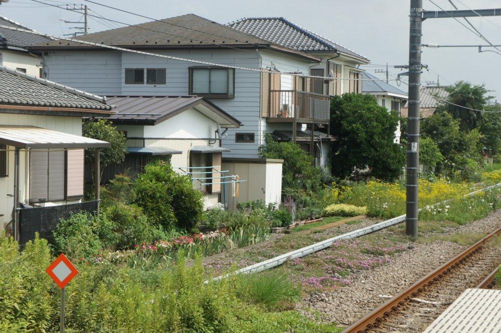 Tiba di Stasiun Sobudaishita, kami langsung disuguhi pemandangan perumahan warga setempat