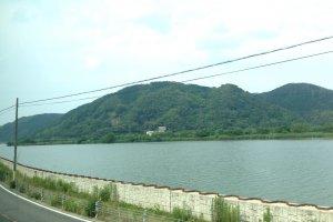 ระหว่างเดินทางไปยังเมือง Kinosaki onsen จะพบกับแม่น้ำสายใหญ่และธรรมชาติที่ร่มรื่น