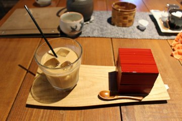 <p>Coffee and the dessert box</p>