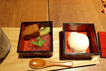 <p>Dessert: vanilla ice cream, white cake, a kiwi slice and watermelon jelly</p>