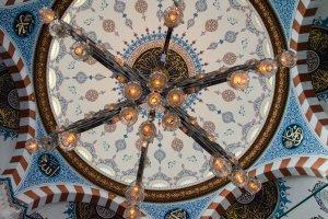 Lampu Gantung Di Kubah Masjid