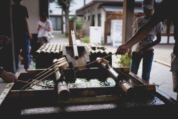 <p>Специальный фонтан для очищения перед входом в храм</p>