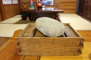 กล่องไม้และก้อนหินที่ใช้ในการทำคะคิโนะฮะซูชิ (kakinohazushi)