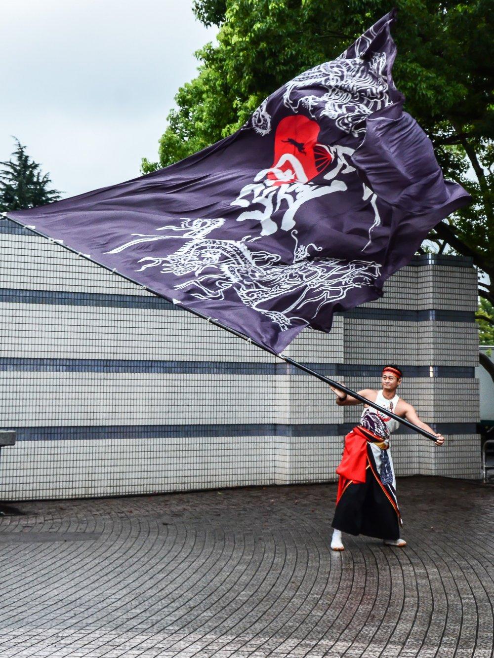 Setiap tim akan membawa bendera besar, lambang dari klub tari mereka