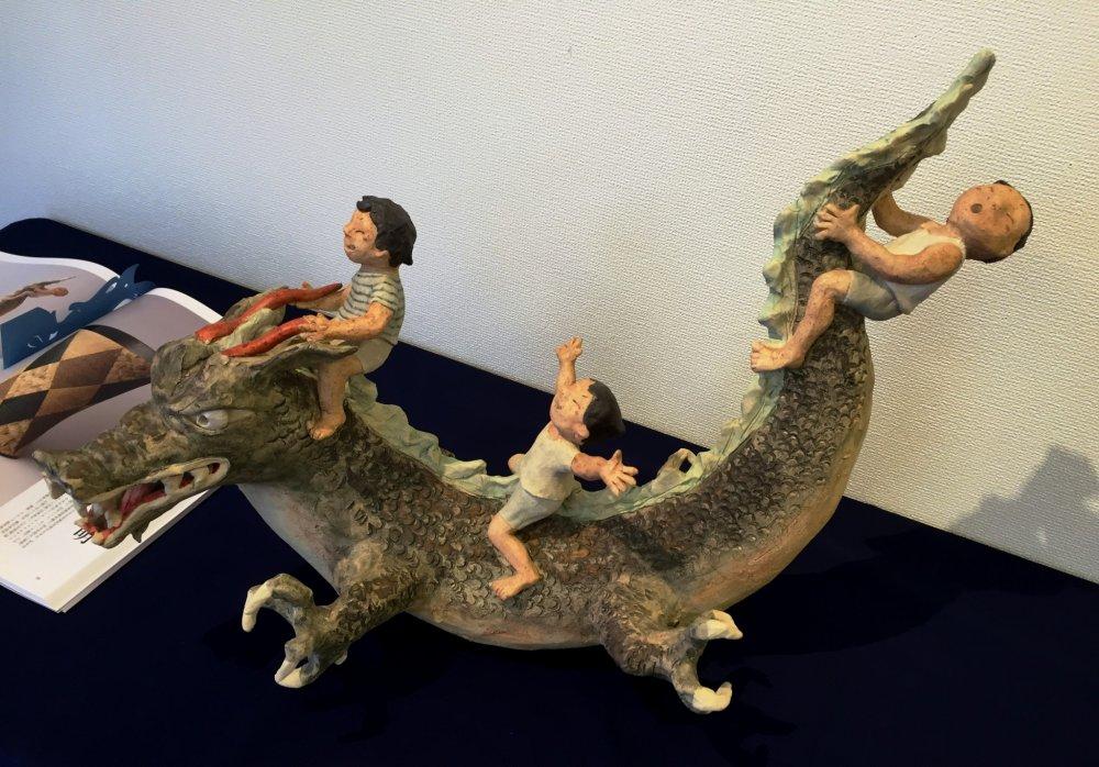 Мальчики оседлали дракона. Кажется, им очень весело!