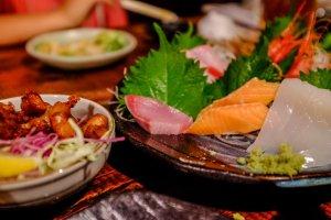 Banyak yang harus dipesan, Anda bahkan dapat menemukan sashimi!