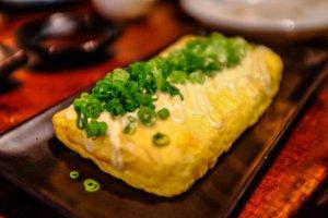 Tamagoyaki dengan keju dan udang kecil