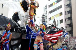 There were many interesting outfits including American flag outfits and more traditional samba outfits on the same float.
