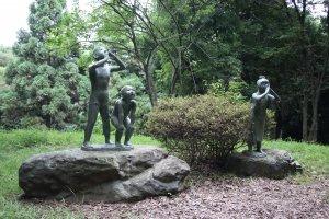 Статуи трёх детей, зовущих духов леса