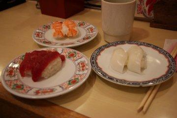 <p>Суши с кальмаром, креветкой и тунцом</p>
