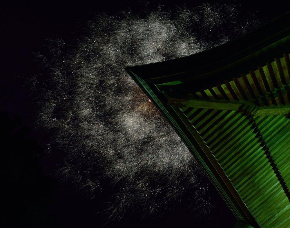 大師堂の上空で花火が開いた