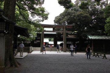 <p>Вход на главную территорию храма</p>