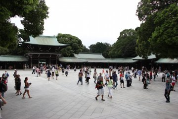 <p>В храме очень много людей</p>