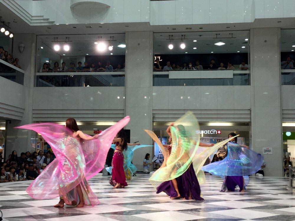 В движении танцовщицы превращаются в прекрасных птиц или бабочек
