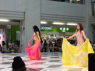 Танец с платком (иногда - с шарфом) - один из самых театральных восточных танцев