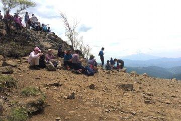มีหลายคนที่หยุดพักทานอาหารกลางวันกันบนยอดเขา