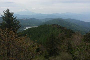 ผู้เดินป่าสามารถเพลิดเพลินกับวิวของหุบเขาและภูาขาที่รายล้อมรอบพื้นที่