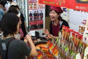 Mencicipi makanan Korea di salah satu gerai