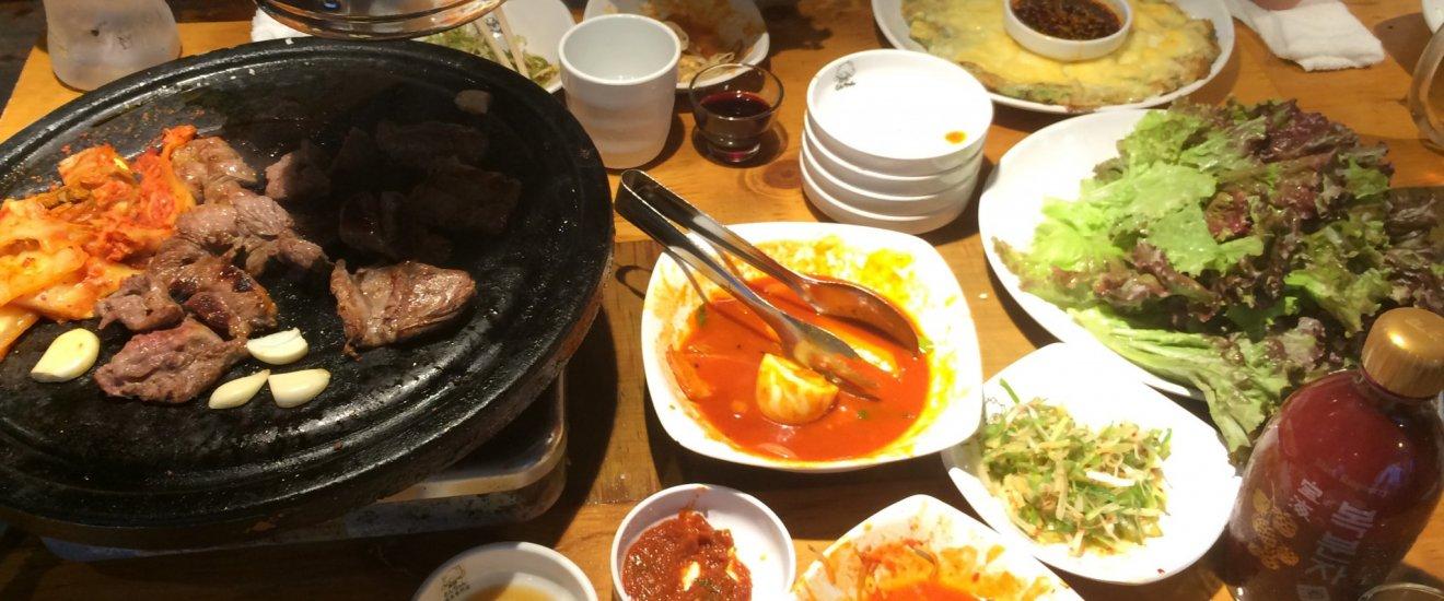 Barbecue dan panekuk keju dan udah khas Korea adalah menu yang paling terkenal di Shin-Okubo