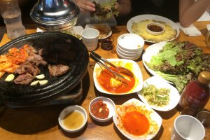 Barbacoa coreana, queso estilo coreano y panqueque de camarón son os recomendados de esta comida en SHin-Okubo