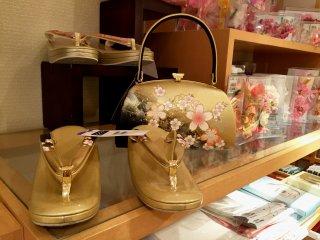 Сандалии гэта и сумочка с одинаковым узором для модниц