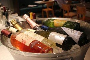 Бутылки изысканного вина ждут гостей