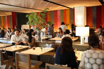 <p>Все участники наслаждаются блюдами</p>