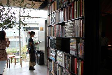 <p>Полки с книгами</p>