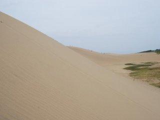 Bukit pasir terbesar ini lumayan curma - sulit untuk berdiri tapi mudah untuk berlari menuruninya.