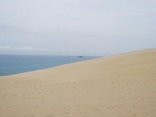Di balik bukit pasir terbentang Laut Jepang.