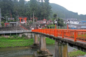 <p>Sumisaka Shrine and its bridge</p>
