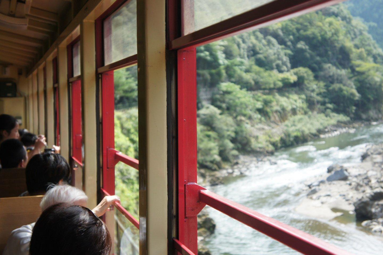 Gunung, lembah, dan sungai adalah pemandangan yang mendominasi perjalanan Sagano Romantic Train