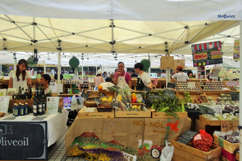 Penjual buah dan sayuran di Pasar Sayur di depan UNU Aoyama