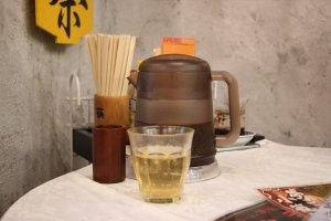 Чайник с холодным жасминовым чаем