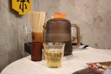 <p>Чайник с холодным жасминовым чаем</p>