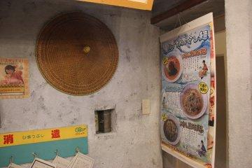 <p>Стены украшены плакатами и предметами интерьера</p>